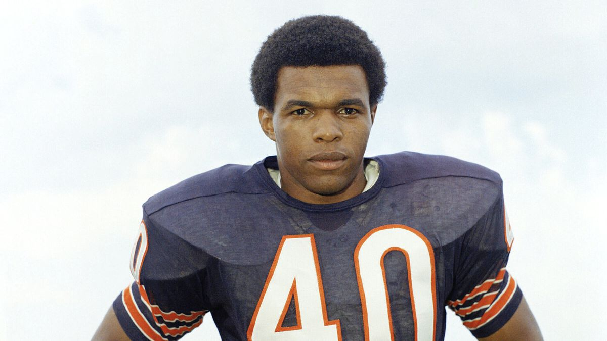 """FILE - This is a 1970 file photo showing Chicago Bears football player Gale Sayers. Hall of Famer Gale Sayers, who made his mark as one of the NFL's best all-purpose running backs and was later celebrated for his enduring friendship with a Chicago Bears teammate with cancer, has died. He was 77. Nicknamed """"The Kansas Comet"""" and considered among the best open-field runners the game has ever seen, Sayers died Wednesday, Sept. 23, 2020, according to the Pro Football Hall of Fame."""