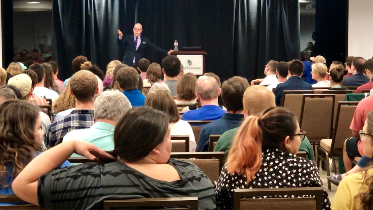 (LGBTQ Christian author speaks to hundreds at Baylor University Tuesday night)
