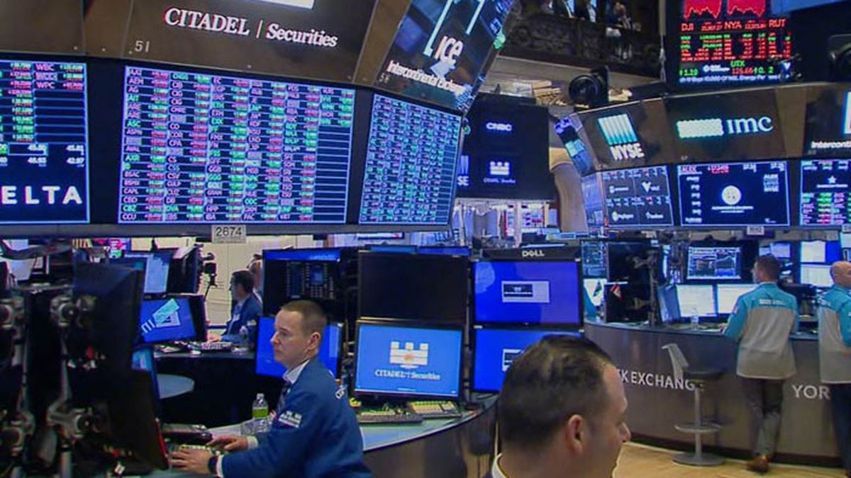 A late burst of buying erased much of an early slide on Wall Street Tuesday.  (Source:...