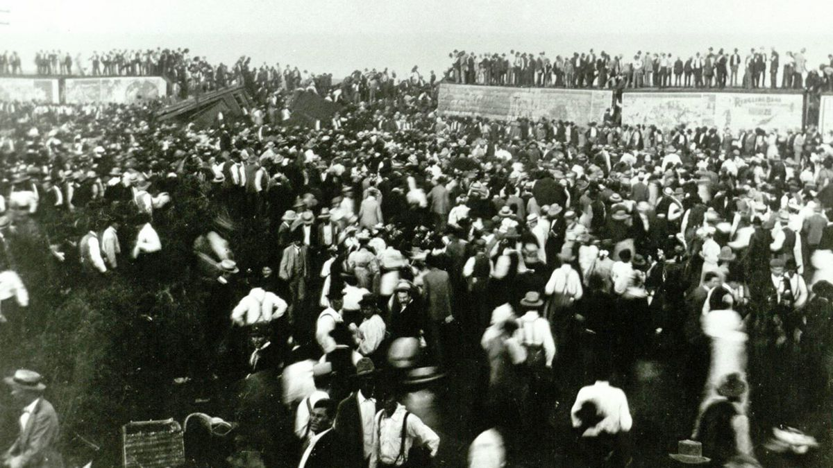 The Crowd. (Texas Collection photo)