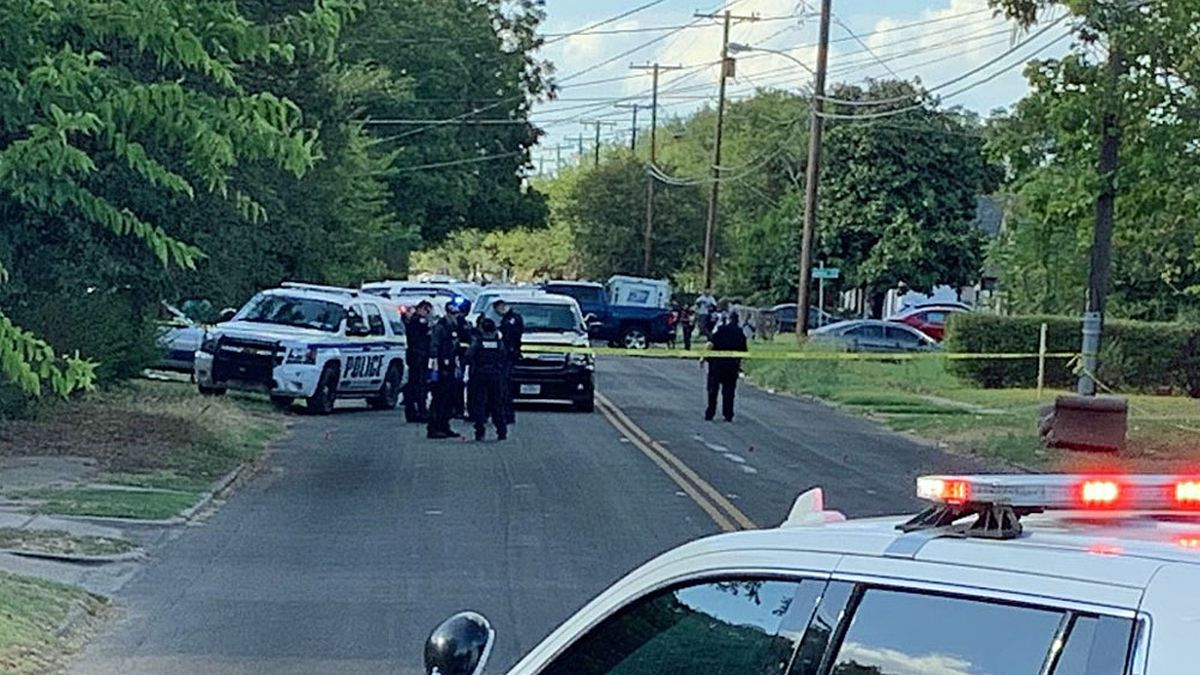 Officers flooded the neighborhood after a postal carrier discovered a blood trail. (Photo by Bill Gowdy)