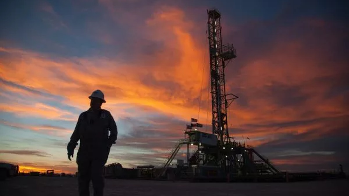 Officials say a man is dead after part of an oil rig he was working on fell on him near Houston.